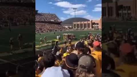懷俄明州美式足球比賽觀眾齊齊大叫:「屌鳩拜登」