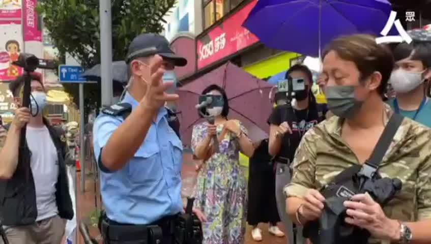 望阿 Sir 都有罪, 一名男子被警方帶到封鎖線內截查,男子不滿表示「我犯咗咩法?」、「銀包是攻擊性武器?」、「袋上的加油都唔得?」又一度聲稱自己「支持警察。」