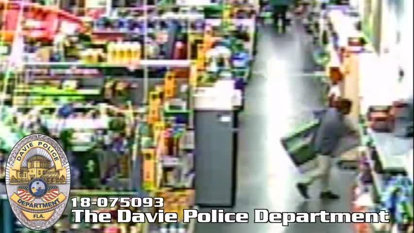 Atrapan al torpe ladrón que robó un televisor en Walmart y huyó en un scooter