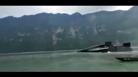 7月23日上午11时47分左右,一艘载5000吨的四川泸州籍货船在金沙江向家坝库区云南省水富市翻坝码头突然断为两截。船员下落不详。
