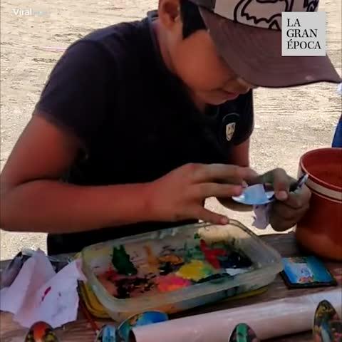 """""""Este talentoso niño mexicano trabaja y vende su arte a la gente."""""""