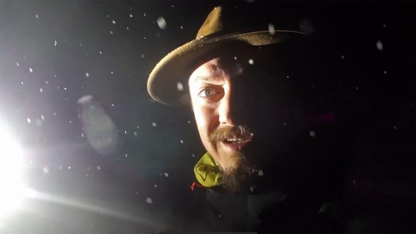 Merg singur noaptea prin pădure