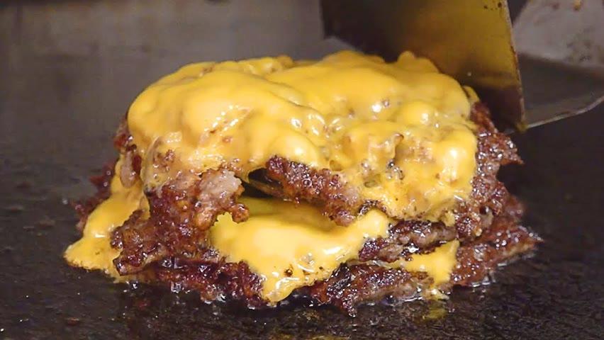 육즙이 콸콸콸~ 하루 200개씩 팔리는 미국식 치즈버거! 빵부터 소스까지 다 만드는 수제버거집 Triple Cheeseburger - Korean Street Food