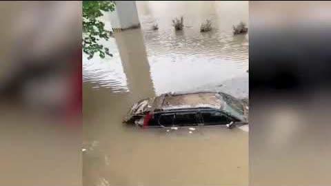 網友視頻#鄭州洪災 不只京廣隧道淹沒 還有很多隧道至今被洪水淹沒,大批車輛在水裡,還有大客車,人員傷亡不明~