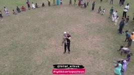 El activista Bilal Erkus jugando con un niño huérfano de Nigeria
