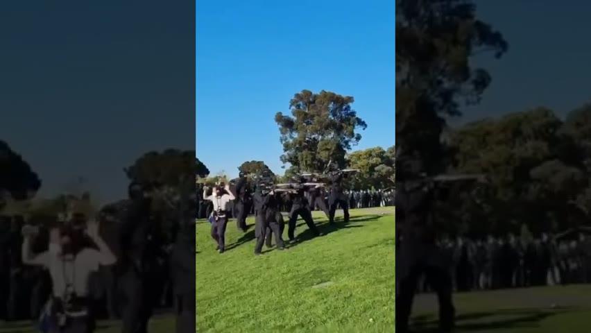 新聞片段:記者上前拍攝墨爾本出動防暴橡膠子彈驅趕反封城示威者