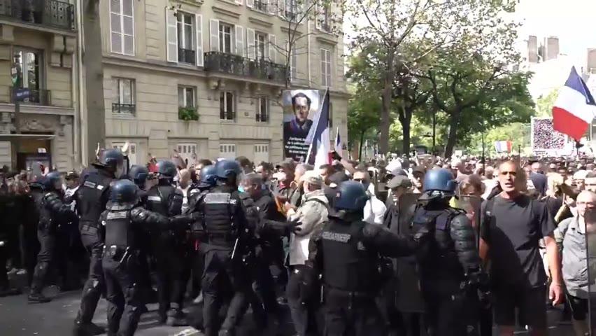#法國 #馬賽和#巴黎 抗议强制疫苗游行持续升温,虽未看到警民衝突,但警察亦已經上gear裝備。