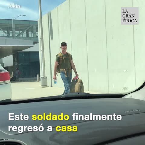 El regreso de un soldado a casa sorprende a toda la familia
