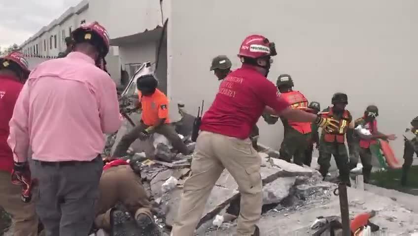 Suman 5 muertos tras derrumbe de un centro comercial en construcción en México