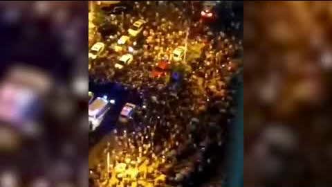 7月14日晚間,重庆大批居民走上街頭抗議,有近千名警察和保安到場控制局面。衝突事件爆發的地點是重慶江津雙福區恆大金碧天下小區,起因爲恆大集團要把原本免費的地下停車場給第三方,收取停車費,引發居民不滿。