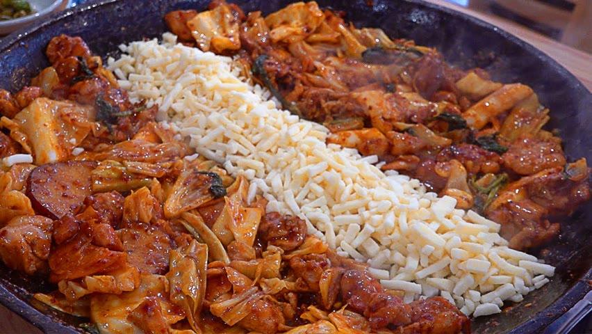 전국 최초 직화 초벌구이! 줄서서 먹는 치즈폭탄 닭갈비집 / Grilled Spicy Stir-fried Chicken - Korean Food