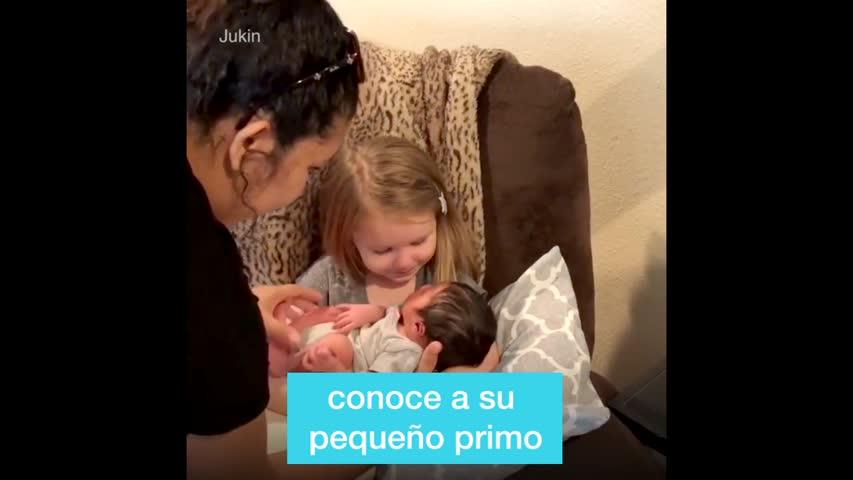 Estos niños se reúnen por primera vez con sus familiares bebés