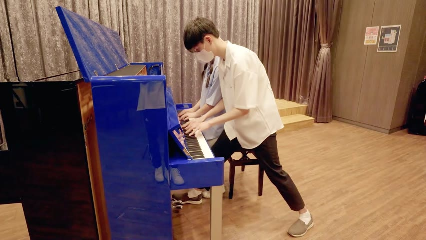 실제커플이 매장에서 피아노로 갑자기 '너의 이름은' 연주하는데 레전드 나옴 ㄷㄷ