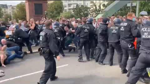 #德国 #柏林,警察镇压反疫苗示威。