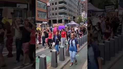 #紐約市 #曼哈頓 8月28日Columbus Circle 大游行,拒絕強制打疫苗及疫苗証,堅持醫療自決!「my body, my choice」!紐約醒來!紐約加油!