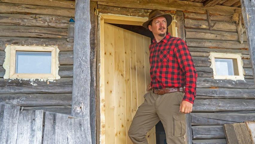 Am montat uși noi la o cabană foarte veche