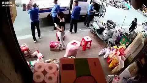 这个视频可以把你看笑!!中国各地城管队伍基本上就是由当地的地痞无赖团伙组成,政府给个可以以执法为名实施抢劫的权力,自给自足,这批人在大革命到来时,将最先下地狱。