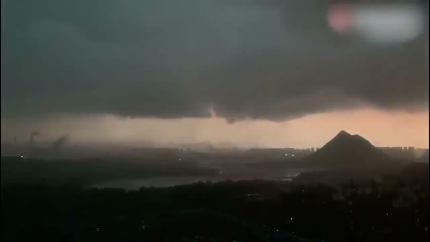7月9日濟南如同末日景象。濟南一瞬間大風來襲,烏雲密佈,白晝瞬間變黑。電閃雷鳴,狂風暴雨,還有冰雹。網友「太可怕了,我這輩子第一次見到這麼惡劣的天氣 」