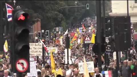 """現在~#London 正在進行大規模的 """"醫療自由""""抗議活動。"""