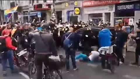 #德国  #柏林 示威集會以反對病毒大流行限制措施。警方驅散抗議者,視頻顯示,一名警官將示威者摔倒在地上!