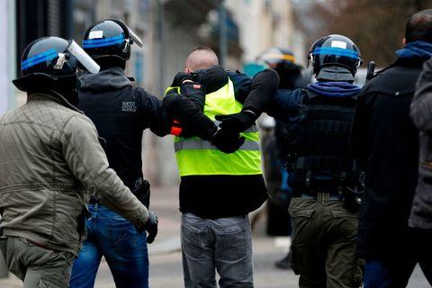 «Gilets jaunes» Le Défenseur des droits ouvre une enquête sur de possibles «atteintes à la liberté» de manifester