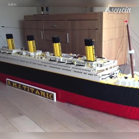 Niño construye una réplica del Titanic con fichas de Lego