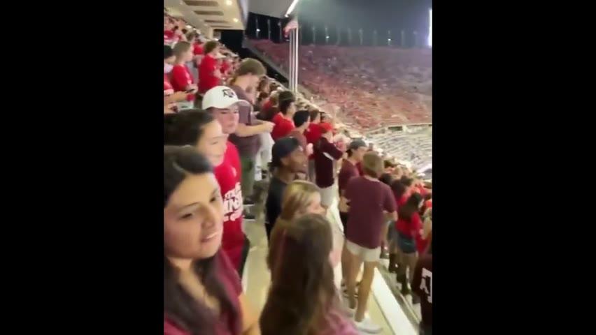 #美国 多地的#大学球场爆发出反#拜登 的呼声!他们大型集会,拒戴口罩,齐声高喊口号「Fxxx you Biden!」