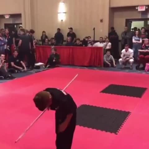 Kleiner Junge zeigt beeindruckende Kung Fu Skills