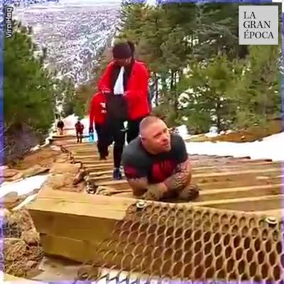 El veterano de guerra sube los 2768 escalones de la cuesta de Manitou Springs 💪😎