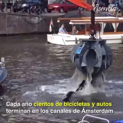 Mira lo que los canales de Ámsterdam esconden