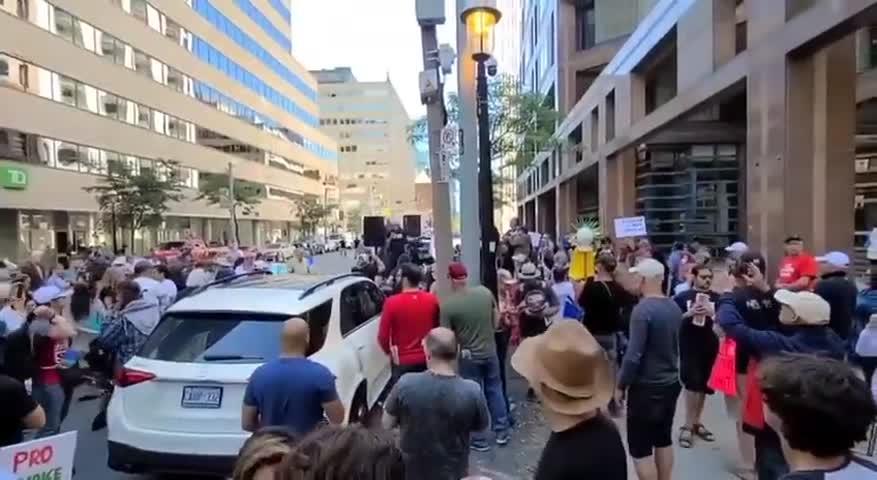 加拿大,多倫多警察抗議強制打疫苗政策,數千市民到警察總部支持!人民團結就是力量