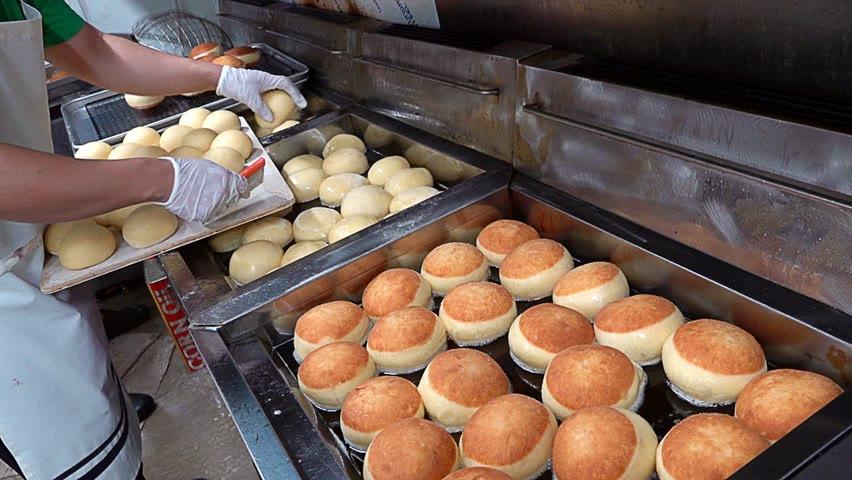 하루 2000개씩 팔리는 크림폭탄 도넛?! 수제도넛 공장의 대량생산 현장 Cream bomb donut mass making - Korean street food