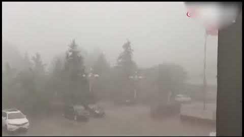 7月7日下午,河北石家莊天空突然變黑,狂風暴雨。石家莊大雨登上微博熱搜榜。有網友稱,20多年來還沒見過這樣的雨。