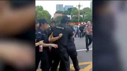 6月30日湖南省株洲市,华晨金水湾三期、四期爛尾,數百業主到市政府維權,遭警察維穩抓捕。