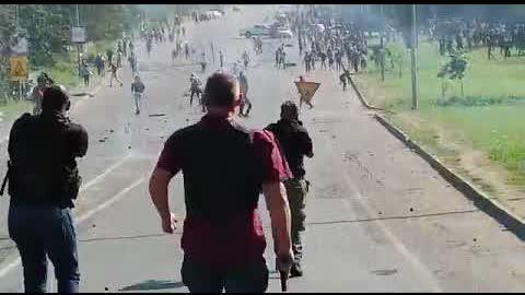 最新視頻實況@南非暴亂持續升溫,政府無力制止。白人護衛組織走上街頭以暴制暴,抵禦黑人暴徒的攻擊。