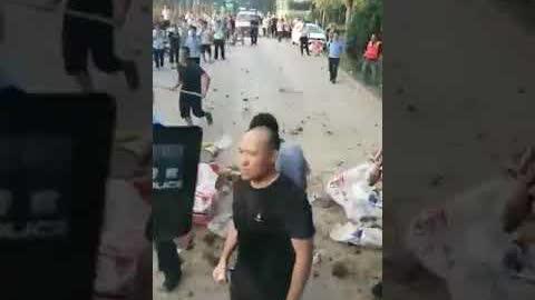 河北邢台隆尧,政府在没有通知公示的前提下强行炸坝。大批特警、警察与护堤民众发生冲突!