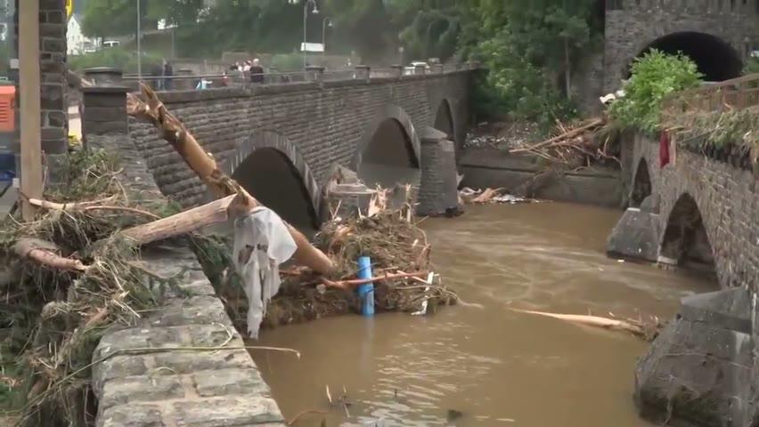 德国西部洪灾,一组德军参与灾后清理和救援的视频。其中骑行的女士是莱茵兰-普法尔茨州州长马鲁·德雷尔,她患有多发性硬化症。