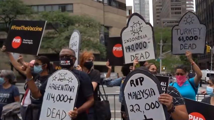 Des manifestants à New York demandent un déploiement mondial de vaccins