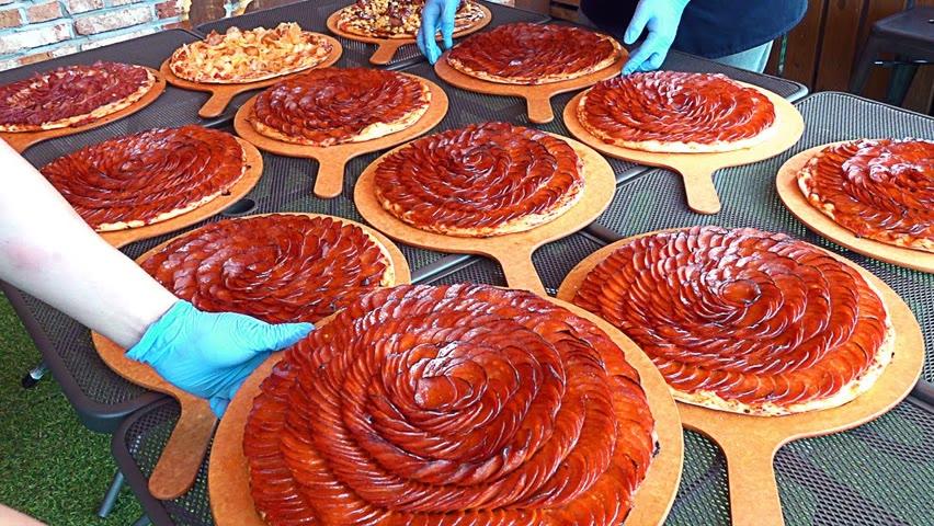 맥주집에서 월 2000판 팔리는 역대급 페퍼로니 폭탄 피자! Making Pepperoni Flower Pizza - Korean street food