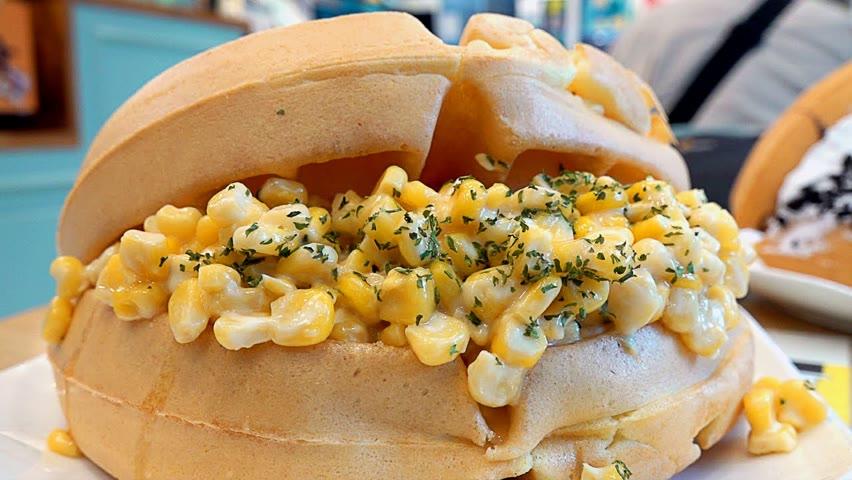 옥수수에 단짠 치즈마요가 버무려진 콘체다와플! 생크림폭탄 뚱와플 / Corn Cheese Waffle, Cream Bomb Waffle - Korean Street Food