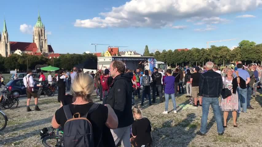 2021年9月18日,本應是傳統的慕尼黑十月節(俗稱啤酒節)開幕的日子,因中共病毒(武漢肺炎)的影響,啤酒節繼續停辦。在舉辦啤酒節的特雷薩草坪,只有抗議政府採取過嚴疫情措施的人群,他們在模仿啤酒節開幕式的儀式。  #大紀元新聞網